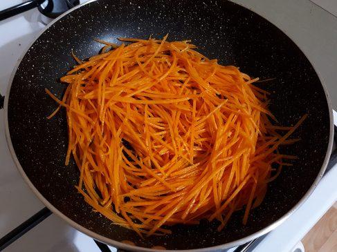Фунчоза с овощами — жарим морковь