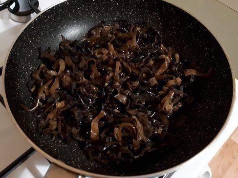 Фунчоза с овощами — жарим грибы