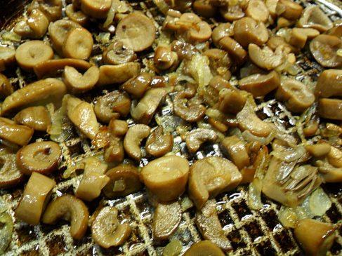 Обжариваем грибы